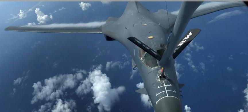 تزويد قاذفة أميركية بالوقود فوق المحيط الهادي، أغسطس 2017، رويترز.