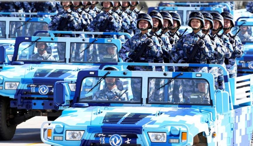 جنود جيش التحرير للشعب الصيني خلال موكب عسكري في منطقة منغوليا الداخلية ذاتية الحكم، الصين، تموز 2017. رويترز
