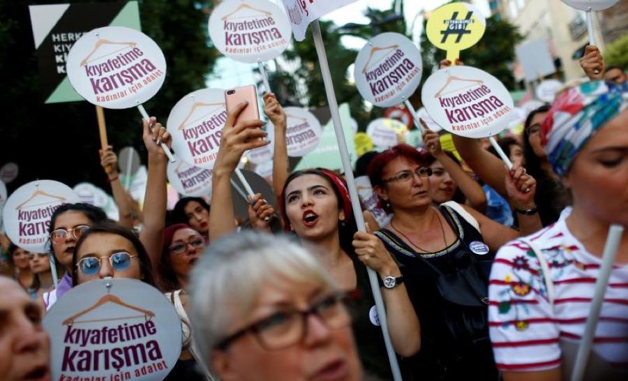 ناشطات في حقوق الإنسان يتظاهرن في إسطنبول، تموز 2017، مراد سيزر / رويترز.
